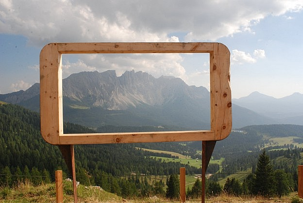 Photo of an installation by Boris Alexander Knop in a rural setting.