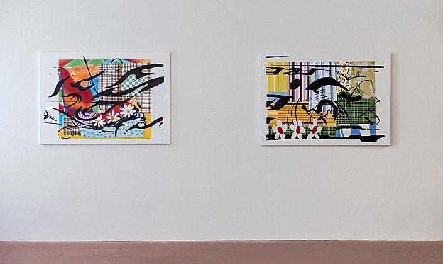 Twee decoratieve schilderijen in een grote lichte galerie.