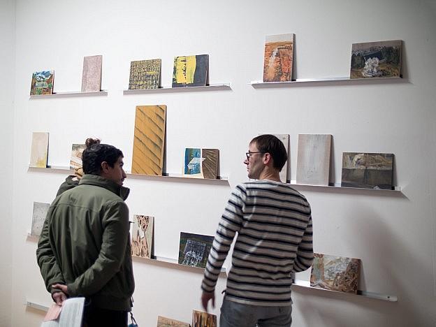 Visitors looking at the paintings of Jan Verbruggen in his SomoS atelier.
