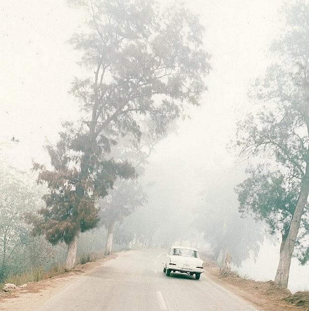"""Buchhülle """"Almost Home"""" von Kerstin Parlow zeigt Weißer Mercedes im Delta."""